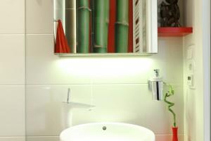 Mała łazienka z dużym prysznicem. Pomysłowe wnętrze z fototapetą