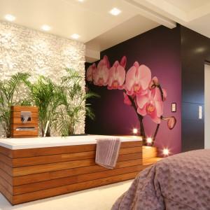 Łazienka w sypialni – wnętrze z bajeczną fototapetą