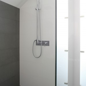 Łazienka przy sypialni – minimalistyczne wnętrze w szarościach