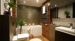 Wanna z parawanem w małej łazience. Pomysły z polskich domów