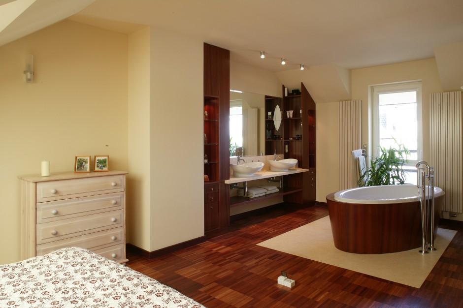 Sypialnia z łazienką. Przytulne wnętrze na piętrze domu