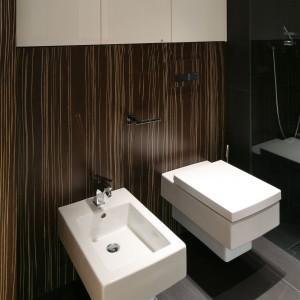 Modna łazienka ocieplona drewnem – tak urządzają polscy projektanci