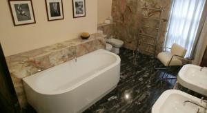 Elegancka łazienka dla dwojga – tak ją urządzisz w kamieniu