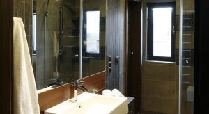 Wąska łazienka. Zobacz gotowy projekt  w nowoczesnej aranżacji