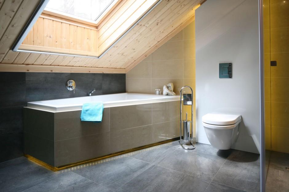 Łazienka na poddaszu – pomysł na wnętrze w naturalnym drewnie