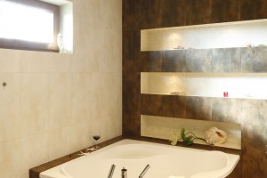 Piękny salon kąpielowy w modnych brązach. Zobacz!