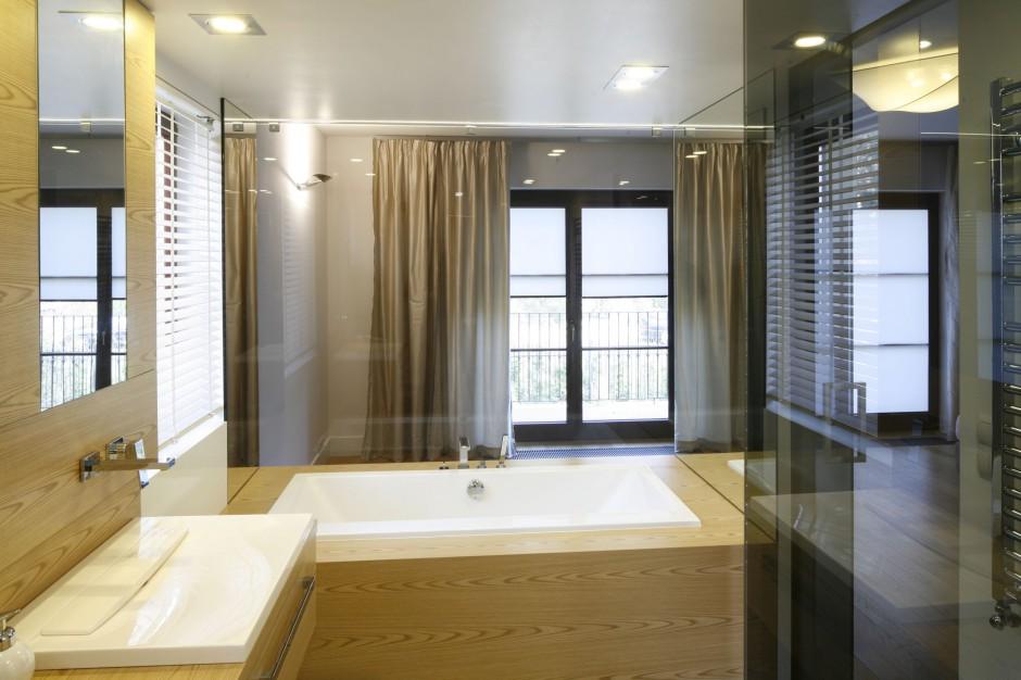 Łazienka przy sypialni: jasne wnętrze w drewnie i szkle