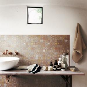 Ściana za umywalką. Tak modnie wykończysz ją płytkami