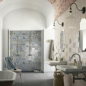Kabina wyłożona płytkami. 10 pomysłów na prysznic bez brodzika