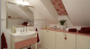 Łazienka na poddaszu – piękne wnętrze w stylu angielskim