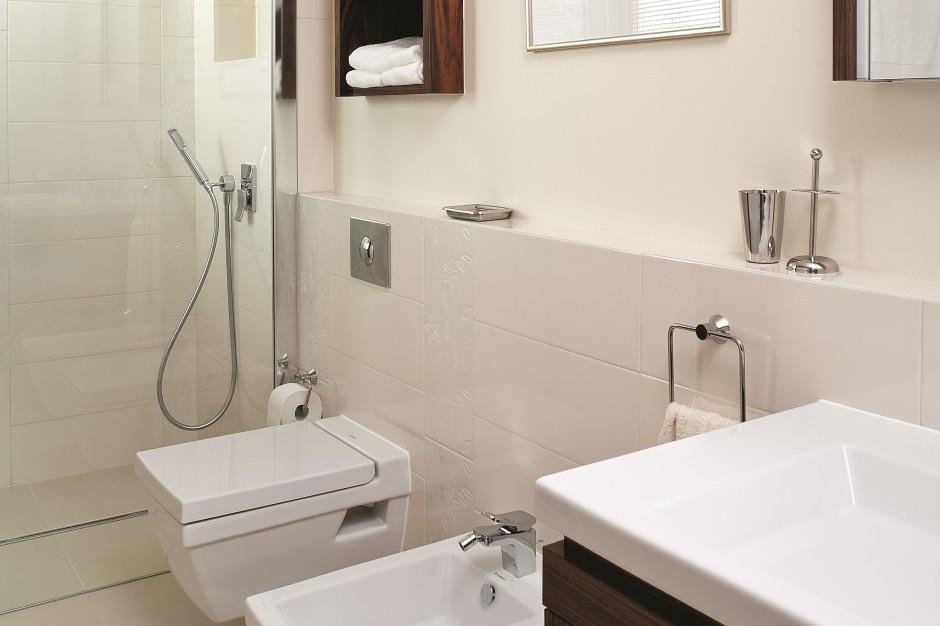 Kremowa łazienka ocieplona drewnem: nowoczesna i elegancka