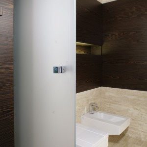 Modny salon kąpielowy. Zobacz piękne wnętrze w kamieniu
