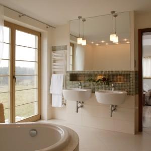 Łazienka przy sypialni. Piękne, jasne wnętrze w beżach