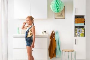 Modna biała łazienka – tak ożywisz ją kolorem