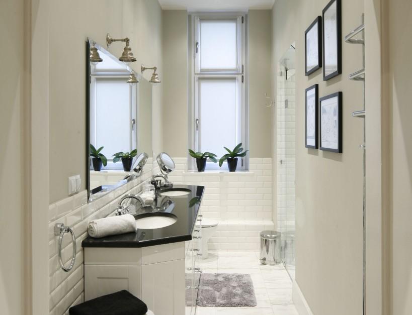 Wąskie łazienki – gotowe projekty architektów