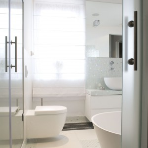 Białe łazienki – najmodniejsze wnętrza polskich projektantów