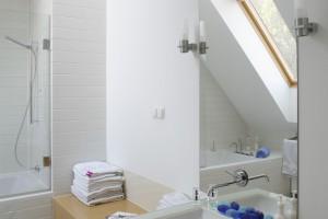 Łazienka w jasnym drewnie – zobacz jak urządzili inni