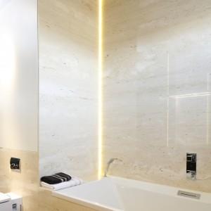 Nowoczesna, jasna łazienka w kamieniu. Projekty architektów