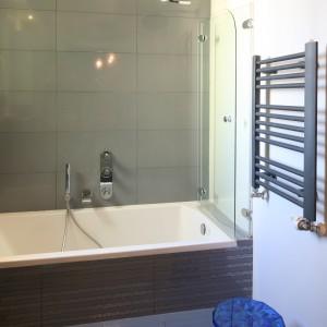 Remont łazienki: tak połączysz wannę i prysznic