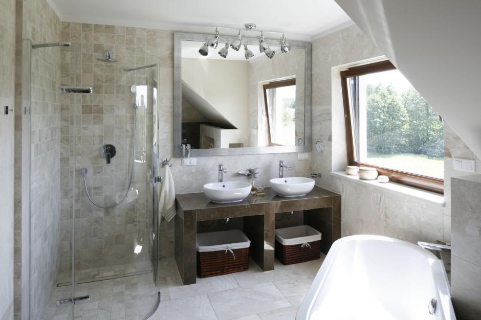 Przytulny salon kąpielowy – wnętrze w beżach i brązach