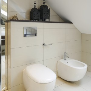 Łazienka pod skosem dachowym – tak urządzisz wygodną strefę w.c.