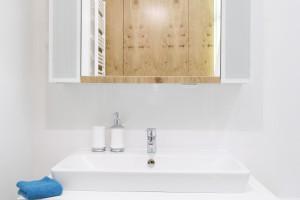 Łazienka ze schowkami. Pomysłowy projekt na 5 metrach