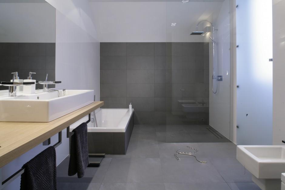 Prysznic w narożniku – zobacz 12 pomysłów do łazienek