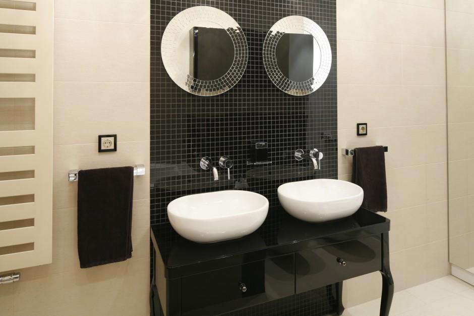 Szykowna łazienka dla dwojga. Tak ją urządzisz w beżach i czerni