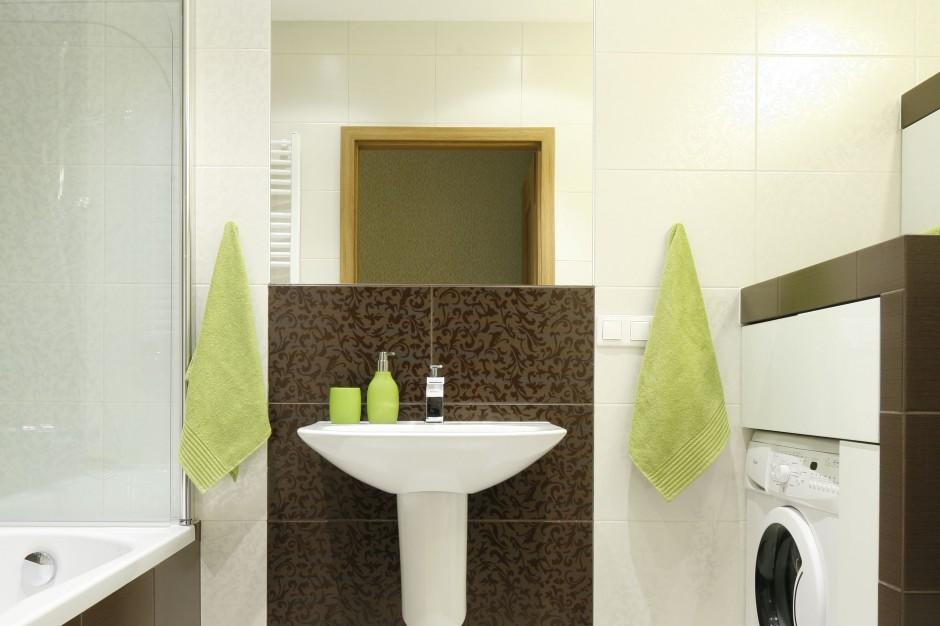 Mała łazienka z wanną i prysznicem – tak modnie ją urządzisz