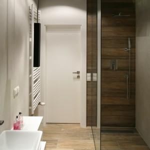 Modny prysznic z odpływem. Zobacz pomysły architektów
