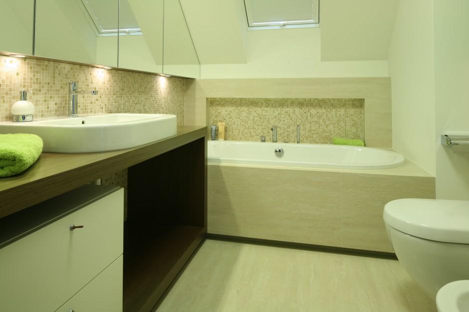 Łazienka w beżach. Zobacz piękne wnętrze pod skosem dachowym