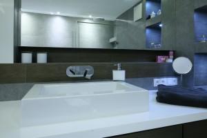 Geometria porządkuje przestrzeń - jak urządzić niedużą łazienkę?