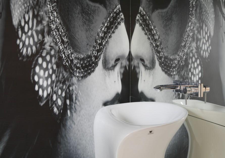 Mała łazienka – niesamowity projekt z fototapetą