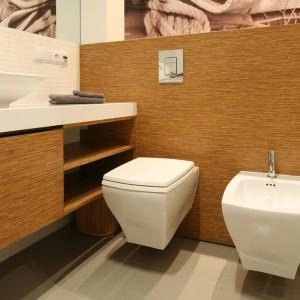Łazienka w stylu naturalnym – najmodniejsze aranżacje z drewnem