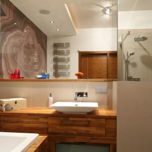 Wąska, nieustawna łazienka – prysznic zaplanuj w narożniku