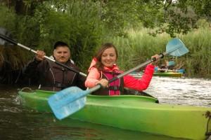Kisan i Sanea na spływie kajakowym z wykonawcami