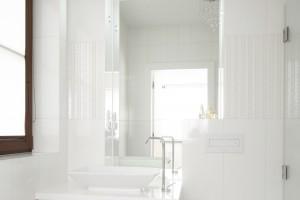 Białe łazienki – tak urządzają polscy architekci