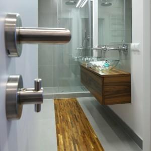 Drewniana podłoga – zobacz modne projekty polskich łazienek