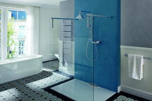Prysznic z brodzikiem – zobacz najchętniej wybierane modele