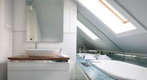 Małe łazienki z pomysłowymi schowkami – tak urządzili inni