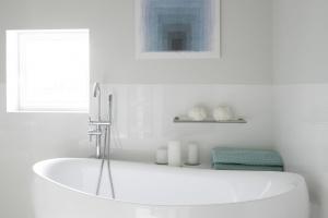 Szara łazienka – tak ją urządzisz z projektantem