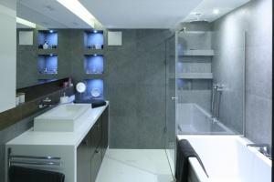 Prysznic w narożniku – 12 pomysłów polskich architektów