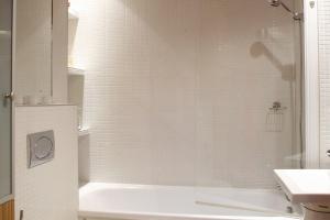 Parawany nawannowe: tak połączysz wannę i prysznic