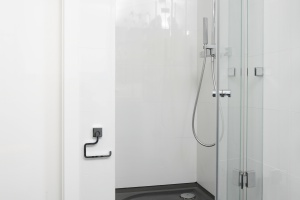Łazienka w bieli i błękicie – modne wnętrze przy sypialni
