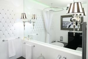 Łazienki w stylu glamour: 12 pięknych wnętrz