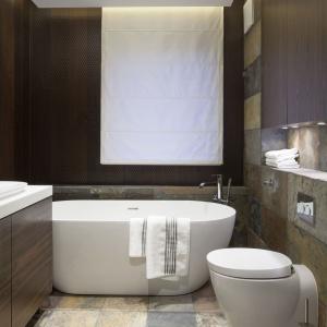 Łazienka przy sypialni – wnętrze w pięknym kamieniu
