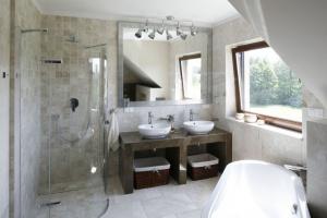 Beżowe łazienki – 12 pomysłów polskich architektów