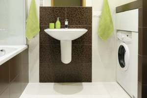 Wąska łazienka – 12 modnych pomysłów na urządzanie