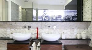 Ściana nad umywalką – modne i praktyczne wykończenia
