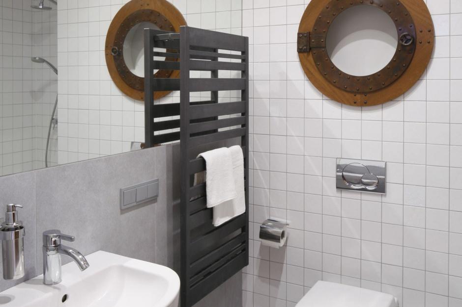 Łazienka w bieli i szarościach – pomysł na modne wnętrze